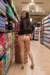 Attention shoppers....... hot ass in the soda aisl...