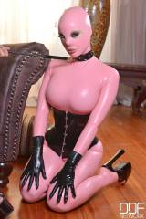 Latex Lucy, submissive in pink latex