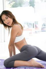 Alina Li working out
