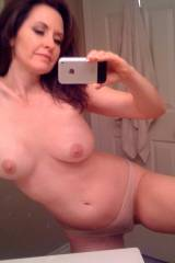 Amateur brunette MILF bathroom selfie (xpost /r/re...